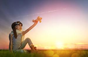Фотография Рассветы и закаты Самолеты Девочки Очки Сидящие Шарф Ребёнок