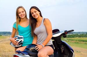 Фото Два Улыбка Мотоциклист Шлем Майка молодые женщины