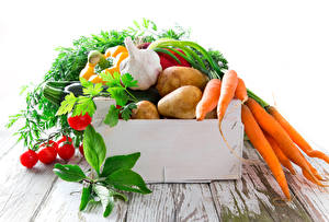 Обои Овощи Морковь Картошка Чеснок Помидоры Доски Еда
