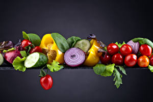 Картинки Овощи Томаты Перец Огурцы Лук репчатый Серый фон