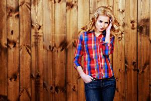 Фотография Стенка Доски Блондинка Смотрит Рубашка Девушки
