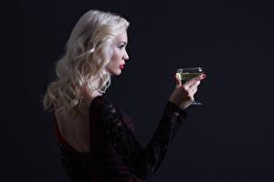 Обои Вино Блондинка Бокалы Руки Спина Черный фон Девушки