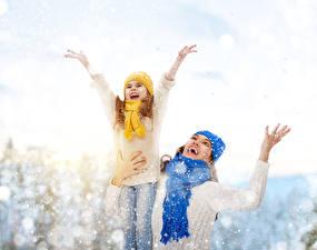 Картинка Зимние Девочки Снег Счастливые Руки Шарф Дети