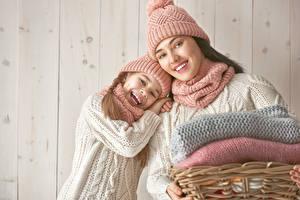 Фото Мама Доски Стена 2 Девочки Шапки Счастливая Взгляд Дети Девушки