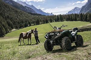Фотографии Квадроцикл Ямаха Луга Лошади Мужчины 2018 Yamaha Kodiak 450 Природа