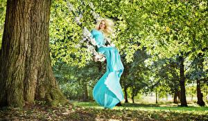 Фотографии Блондинка Платье Качели Улыбка Деревья