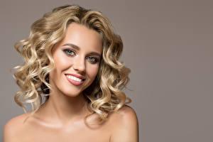 Картинки Блондинка Улыбка Лицо Серый фон