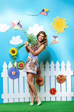 Картинки Букеты Весенние Платье Забор Улыбка Шатенка Девушки