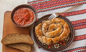 Фотография Хлеб Колбаса Мясные продукты Разделочная доска Кетчуп Пища
