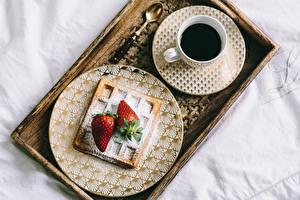 Картинка Кофе Клубника Завтрак Чашка Тарелка Ложка Еда