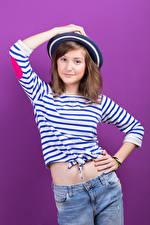 Фотография Цветной фон Шатенка Смотрит Шляпа Девушки