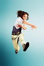 Фото Цветной фон Танцы Прыгать Шатенки Рука Девушки