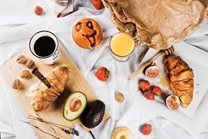 Картинки Круассан Кофе Авокадо Завтрак Продукты питания