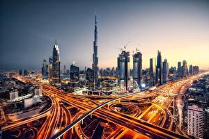 Картинки Дубай Объединённые Арабские Эмираты Дороги Вечер Небоскребы Дома Города