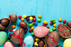 Картинки Пасха Праздники Конфеты Шоколад Цветной фон Яйца