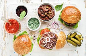 Обои Гамбургер Огурцы Овощи Лук репчатый Пряности Булочки Кетчуп