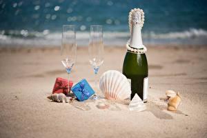 Обои Праздники Шампанское Ракушки Украшения Жемчуг Песок Бутылка Бокалы Подарки Пища