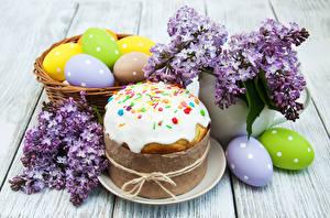 Фотографии Праздники Пасха Выпечка Кулич Сирень Доски Яйца Дизайн Продукты питания
