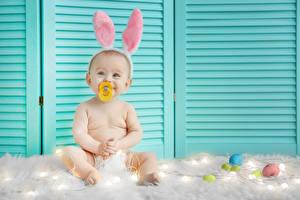 Фотографии Праздники Пасха Кролики Младенец Яйцо Радость ребёнок