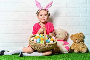 Фотографии Праздники Пасха Кролики Мишки Корзина Яйца Девочка Улыбка ребёнок