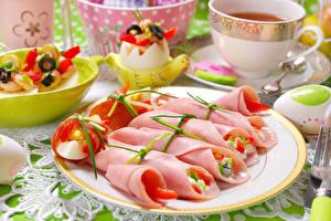 Фотографии Праздники Пасха Колбаса Яйца Тарелка Продукты питания