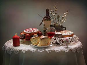 Обои для рабочего стола Праздники Пасха Натюрморт Вино Свечи Кулич Яйцо Стола Бутылка Бокалы Пища