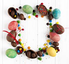 Фото Праздники Пасха Сладости Шоколад Конфеты Доски Яйца Разноцветные Продукты питания