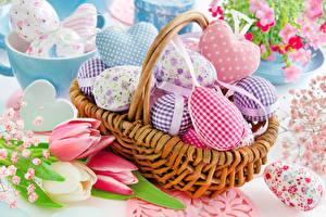 Картинки Праздники Пасха Тюльпаны Корзинка Яйцами Серце