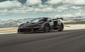 Фото McLaren Черный Металлик Едущий 2018 Senna Машины