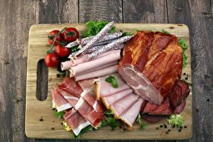 Картинки Мясные продукты Колбаса Ветчина Помидоры Доски Нарезка Разделочная доска