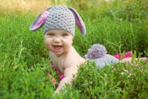 Обои для рабочего стола Кролики Младенец Шапка Улыбается Трава Дети