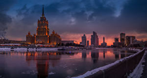 Фотографии Россия Москва Дома Речка Пирсы Вечер Зимние