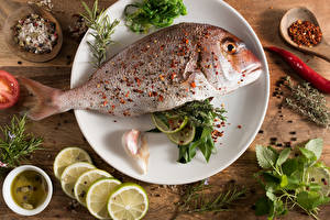 Фотография Морепродукты Рыба Лимоны Приправы Доски Тарелка
