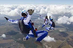 Картинки Небо Парашютизм скайдайвинг Облака Униформа Спорт