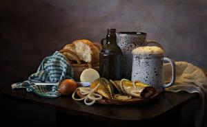 Картинки Натюрморт Пиво Рыба Хлеб Лук репчатый Стол Кружка Пена Бутылка Еда