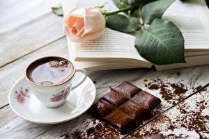 Фотография Натюрморт Розы Кофе Шоколад Шоколадная плитка Доски Чашка Какао порошок Книги Еда