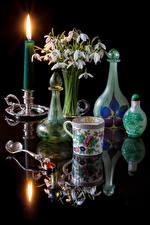 Картинки Натюрморт Подснежники Букет Свечи На черном фоне Чашке Бутылка Отражение Цветы