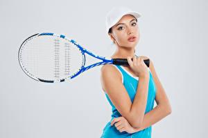 Обои Теннис Серый фон Бейсболка Руки Девушки Спорт