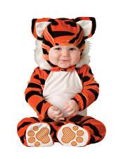 Фотография Тигр Белом фоне Младенцы Униформа Улыбается ребёнок