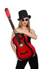 Картинка Белый фон Блондинка Шляпа Очки Гитара Девушки