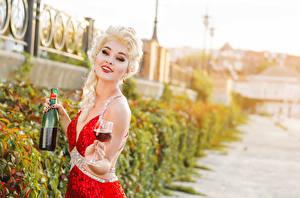 Картинка Вино Блондинка Взгляд Бутылка Бокалы Улыбка Девушки