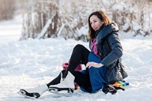 Картинки Зимние Снег Коньки Улыбка Шатенка Девушки