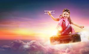 Картинка Самолеты Девочка Шлем Облако Чемоданы Улыбка Дети