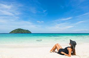 Картинки Пляж Шатенка Шляпа Девушки