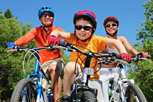 Картинки Велосипедный руль Велосипед Втроем Шлем Мальчики Очки Спорт