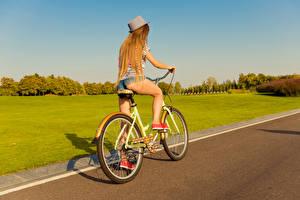 Фотографии Блондинка Велосипед Шляпа Ноги Девушки