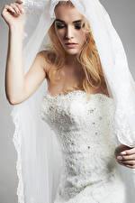 Картинки Блондинка Невеста Платье Руки Девушки