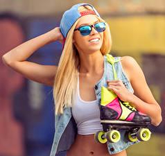 Фотография Блондинка Роликовые коньки Очки Бейсболка Улыбка Девушки