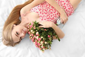 Фотографии Букеты Розы Блондинка Улыбка Девушки