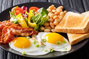 Фотографии Хлеб Мясные продукты Овощи Завтрак Яичница
